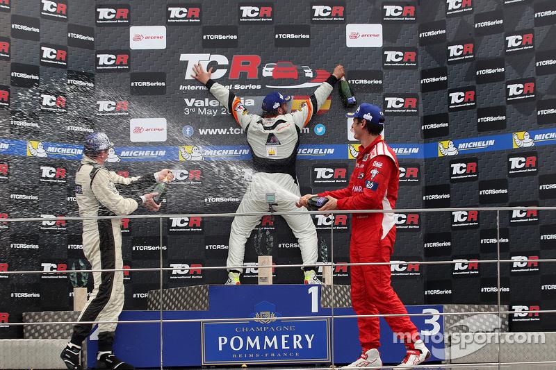 Podium 2. Rennen: 1. Stefano Comini, SEAT Leon, Target Competition; 2. Michel Nykjaer, SEAT Leon Tar
