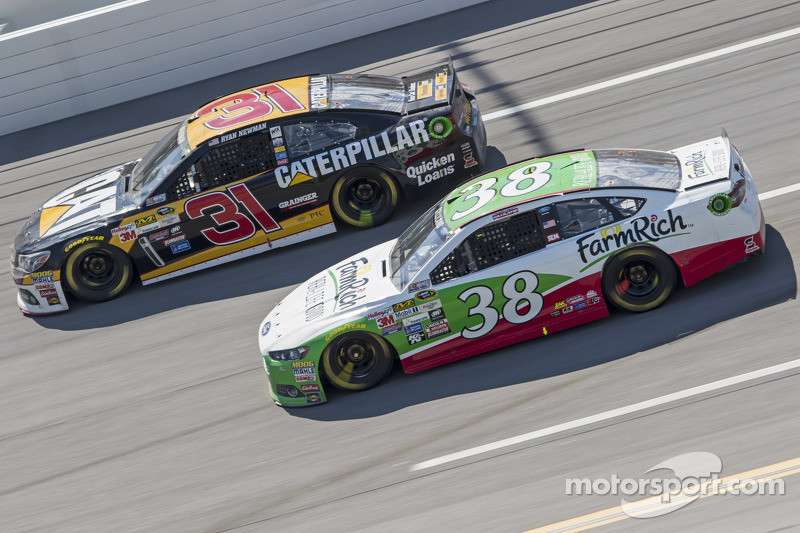 Ryan Newman, Richard Childress Racing, Chevrolet, und David Gilliland, Front Row Motorsports, Ford