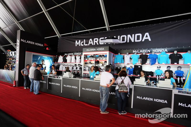 McLaren-Fanartikel-Stand