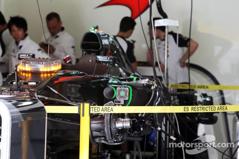 McLaren MP4-30 wird in der Garage vorbereitet