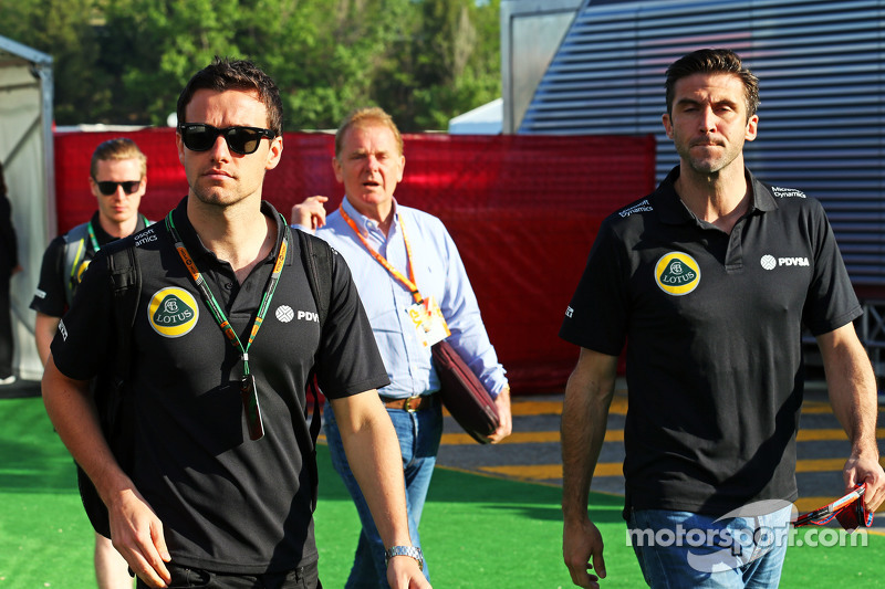 (Von links nach rechts): Jolyon Palmer, Test- und Ersatzfahrer Lotus F1 Team, mit Jonathan Palmer und Matthew Carter, Geschäftsführer Lotus F1 Team