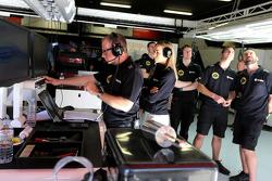 Mark Slade, ingénieur de course Lotus F1 Team et Carmen Jorda, pilote de développement Lotus F1 Team