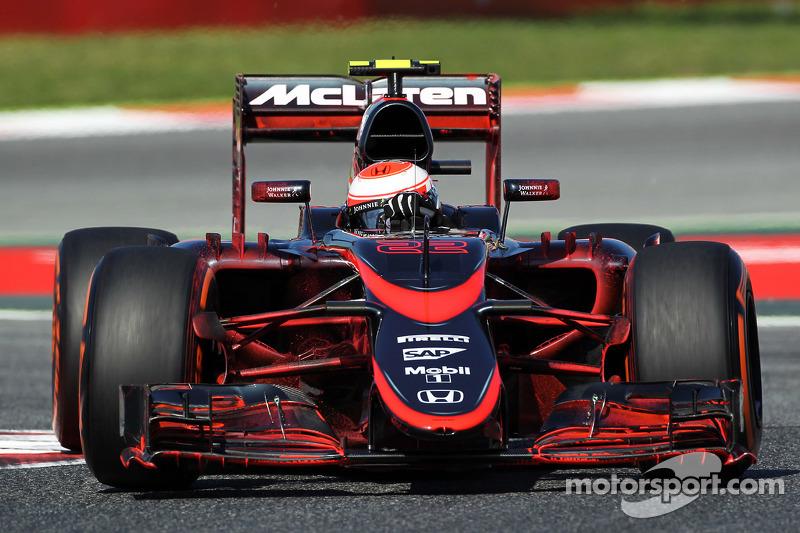 Jenson Button, McLaren MP4-30'daki akışı gösteren boyalarla birlikte pistte