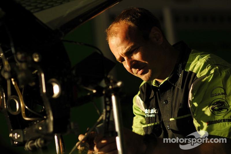 Miembro del equipo Kawasaki Racing en el trabajo