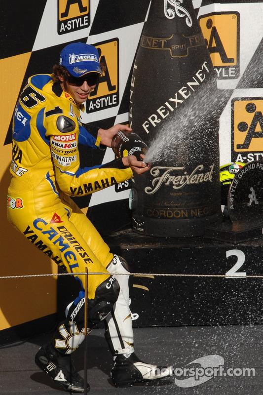 Podio: champaña para Valentino Rossi