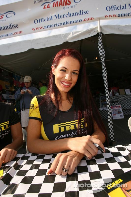 Des jeunes femmes en séance de dédicaces Pirelli