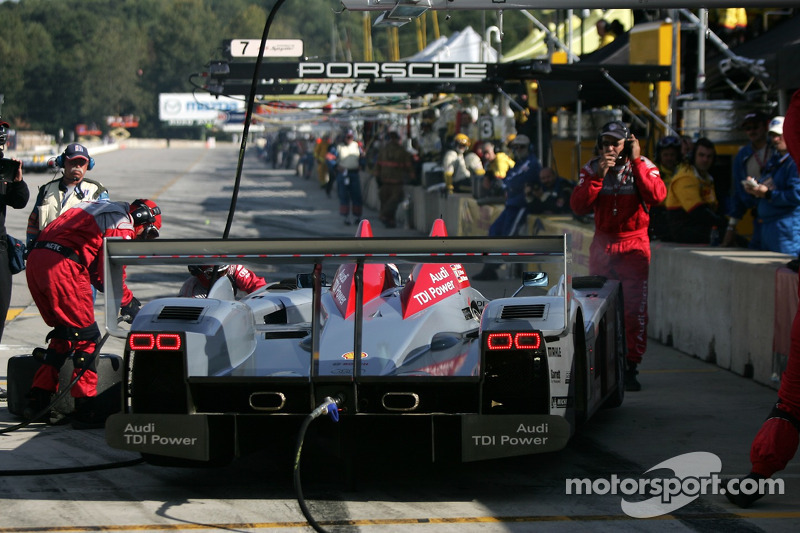 Arrêt au stand pour #1 Audi Sport North America Audi R10 TDI Power: Frank Biela, Emanuele Pirro, Mar