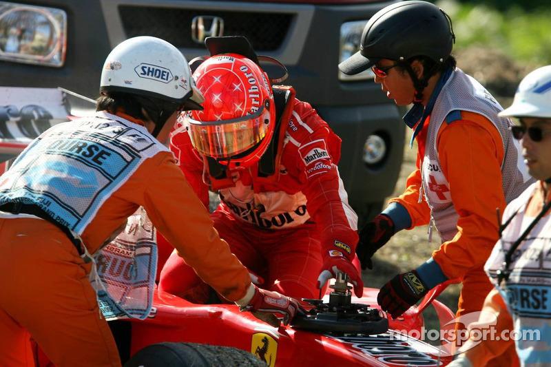 Michael Schumacher detenido en pista con una rotura de motor