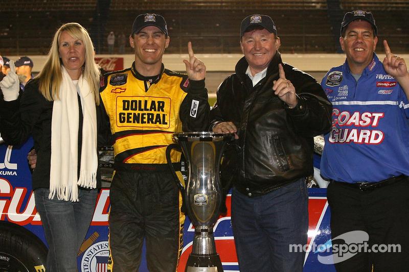 Le Champion de la NASCAR Busch Series Kevin Harvick exulte