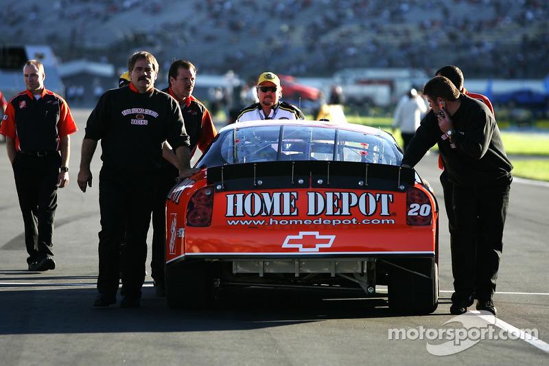 Des membres du team Home Depot Chevy poussent la voiture sur la grille de départ