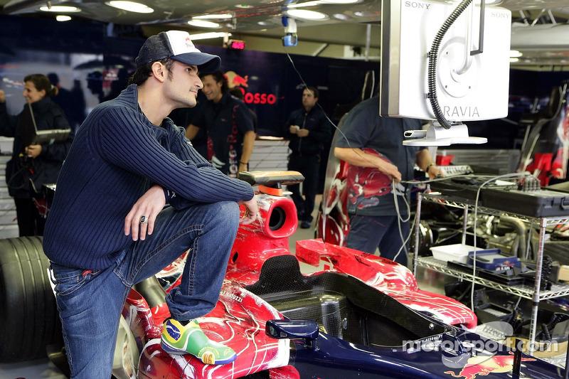 Vitantonio Liuzzi avec ses chaussures de course au design nouveau dans le garage