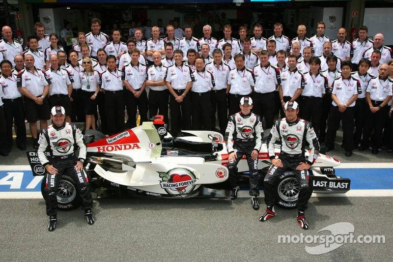 Photo du team Honda Racing F1 : Anthony Davidson, Jenson Button et Rubens Barrichello posent avec unmembre de l'écurie
