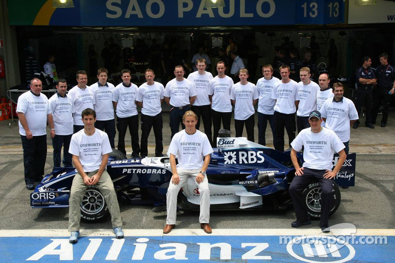 Photo de départ de Cosworth : Mark Webber, Nico Rosberg et Alexander Wurz avec des ingénieurs de chezCosworth