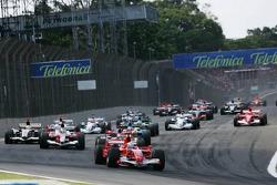 Start: Felipe Massa takes the lead in front of Kimi Raikkonen, Jarno Trulli, Giancarlo Fisichella and Fernando Alonso