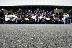 Red Bull Racing team photo: David Coulthard, Michael Ammermuller, Robert Doornbos with team
