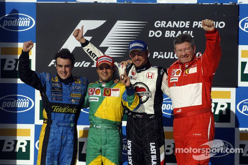 Подіум: переможець гонки Феліпе Масса з чемпіоном світу 2006 року Фернандо Алонсо, Дженсон Баттон і Росс Браун