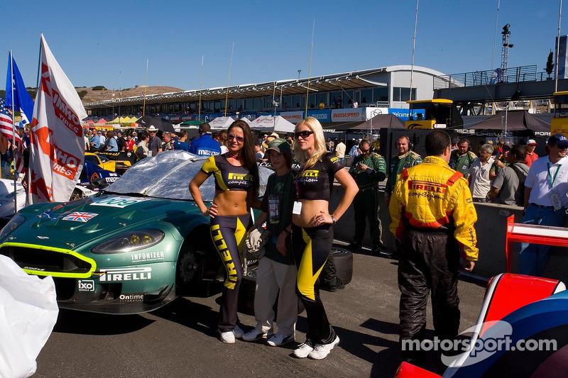 Un fan avec des jeunes femmes représentantes de Pirelli