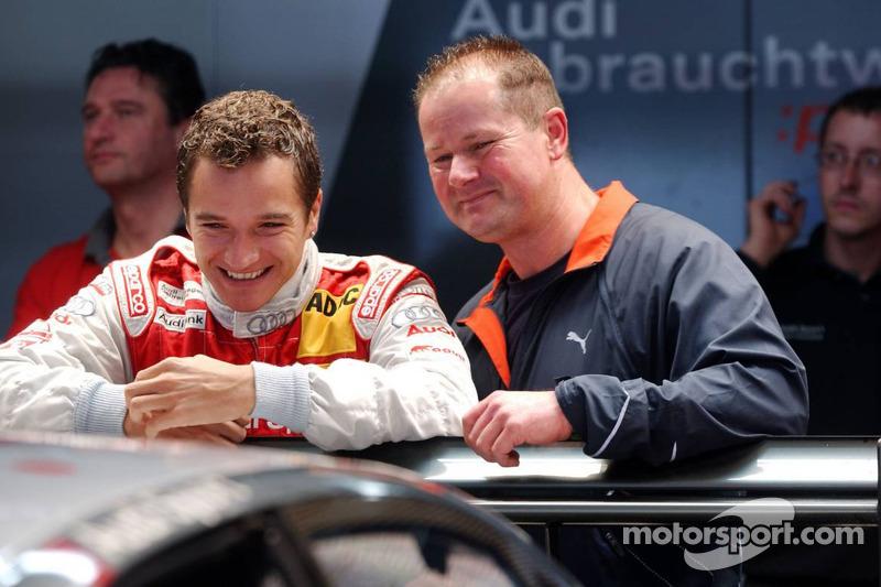 Timo Scheider s'amuse avec son meilleur ami et son coach mental dans le box