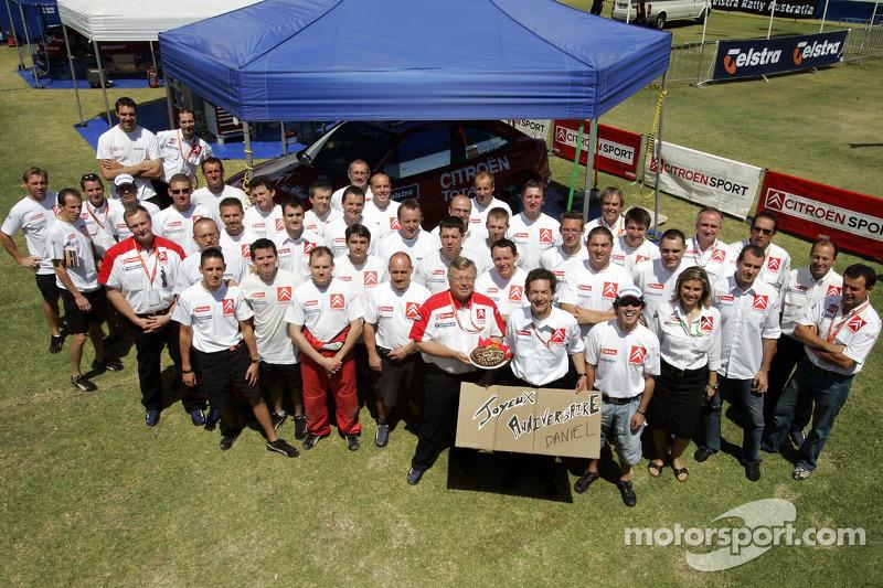 Des membres de Kronos Total Citroën fêtent l'anniversaire de Dani Sordo