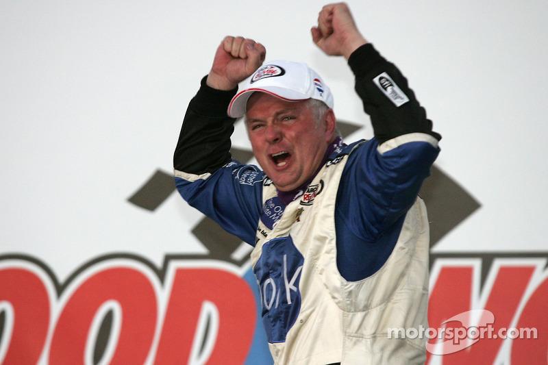 Zone de célébration : le vainqueur de la course Frank Kimmel savoure
