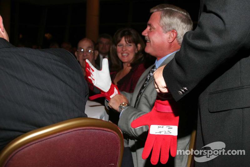 Terry Labonte signe les gants de course