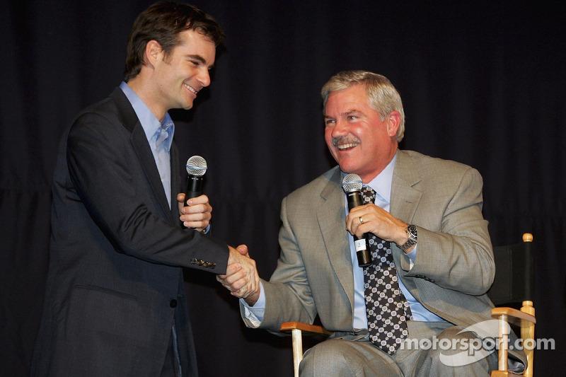 Jeff Gordon serre la main de Terry Labonte