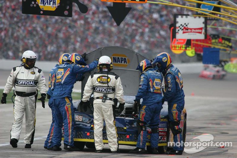 L'équipe de Michael Waltrip essaie de trouver quel est le problème avec le moteur
