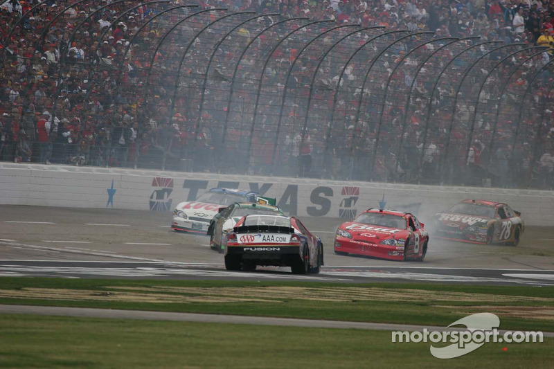 Dale Earnhardt Jr. essaye d'éviter Mark Martin en glissade