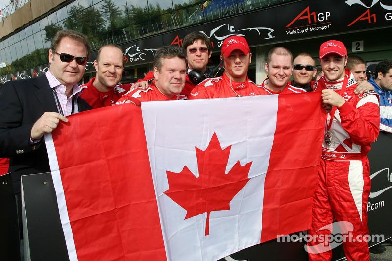 James Hinchcliffe et Wade Cherwayko, détenteur de l'équipe canadienne d'A1, célèbrent la deuxième place