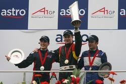Podium: race winner Nico Hulkenberg with Robbie Kerr and Nicolas Lapierre