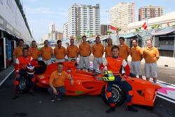 Команда Нидерландов: гонщик Йерун Блекемолен, владелец лицензии Ян Ламмерс и гонщик Ренгер ван дер Занде