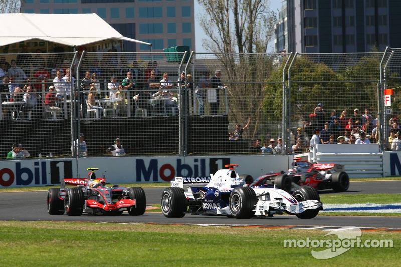 Nick Heidfeld, BMW Sauber F1 Team, F1.07, delante de Lewis Hamilton, McLaren Mercedes, MP4-22