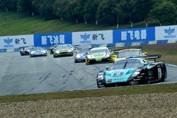 Start: #1 Vitaphone Racing Team Maserati MC 12 GT1: Michael Bartels, Thomas Biagi leads the field