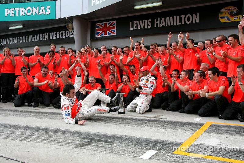 En la celebración con el equipo acabó por los suelos  (GP de Malasia 2007)