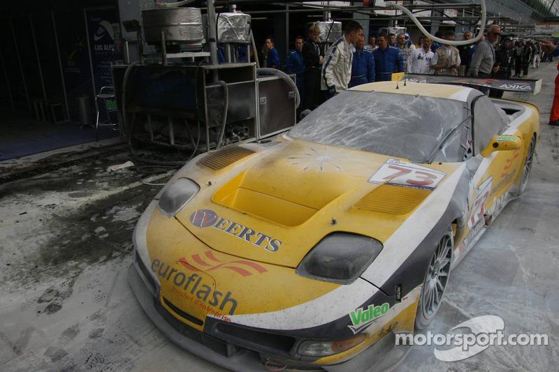 Burnt out car #73 Luc Alphand Aventures Corvette C5-R: Jean-Luc Blanchemain, Sébastien Dumez, Vincent Vosse