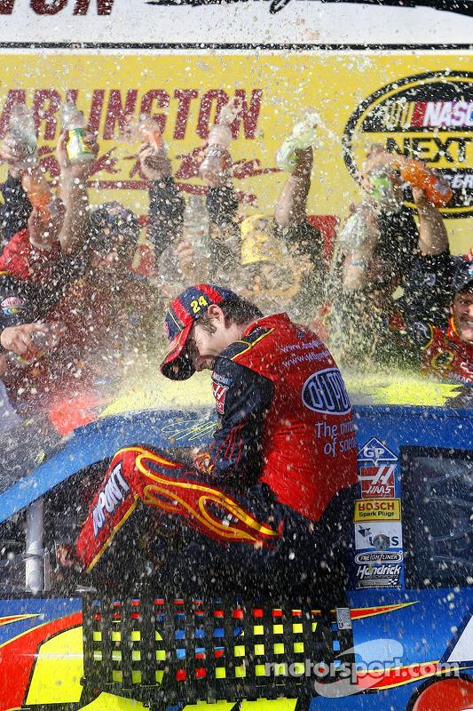 Victory Lane : le vainqueur Jeff Gordon fête sa victoire