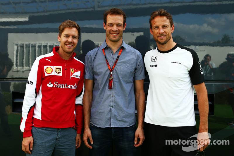 (Von links nach rechts): Sebastian Vettel, Ferrari, mit Alexander Wurz, Fahrercoach bei Williams, und Jenson Button, McLaren