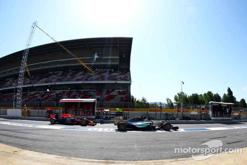 Lewis Hamilton, Mercedes AMG F1 W06, und Daniil Kvyat, Red Bull Racing RB11