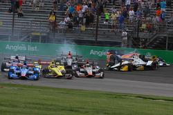 Startcrash um Helio Castroneves, Team Penske, Chevrolet; Scott Dixon, Chip Ganassi Racing, Chevrolet, und weitere Piloten
