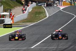 Daniel Ricciardo, Red Bull Racing RB11, und Carlos Sainz jr., Scuderia Toro Rosso STR10, im Zweikampf