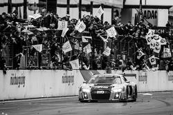 1. #28 Audi Sport Team WRT, Audi R8 LMS: Christopher Mies, Edward Sandström, Nico Müller, Laurens Vanthoor, feiern