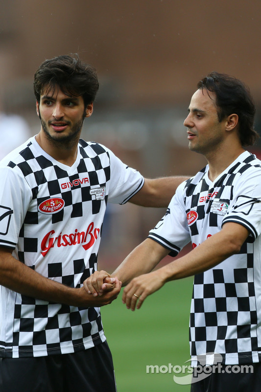(E para D): Carlos Sainz Jr. Scuderia Toro Rosso e Felipe Massa Williams na partida de futebol beneficente