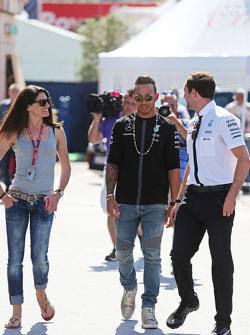 (De izquierda a derecha): Cyndie Allemann, piloto de carreras , con Lewis Hamilton, de Mercedes AMG