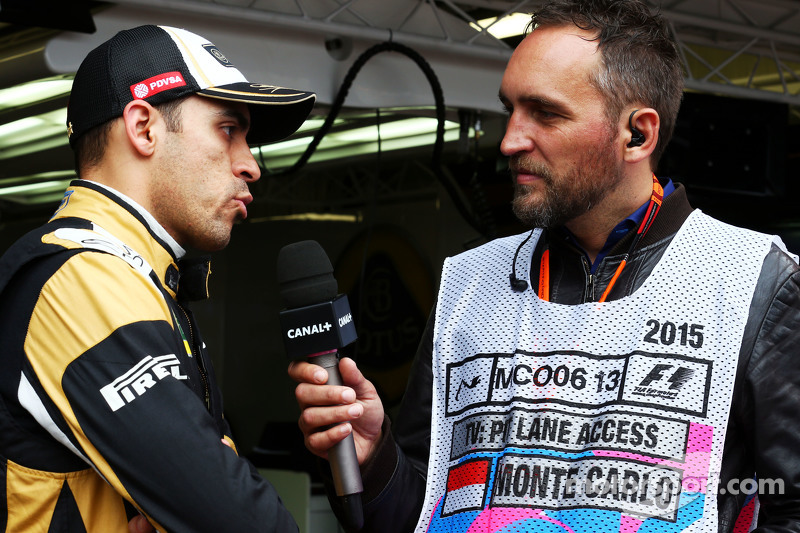 Pastor Maldonado, Lotus F1 Team with Frank Montangy, Canal+ TV Presenter
