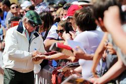 Jackie Stewart, роздає автографи фанатам
