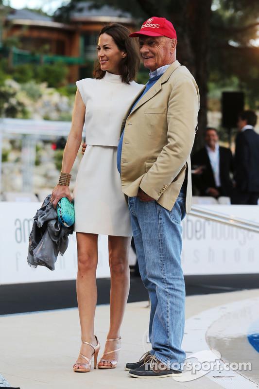 Нікі Лауда, Невиконавчий голова Mercedes з дружиною Біргіт на шоу Amber Lounge Fashion Show