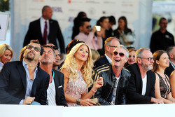 Eddie Irvine, con Rachel Hunter, en el Amber Lounge Evento de Moda