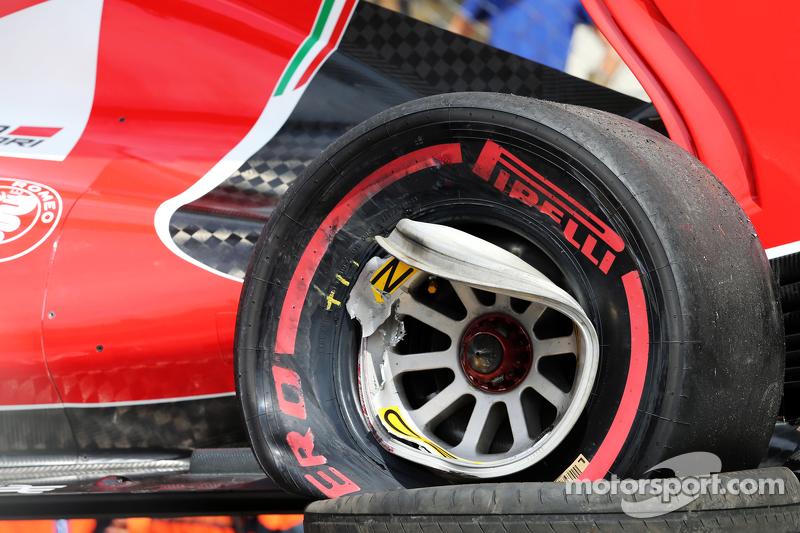 Kerusakan roda di mobil Ferrari SF15-T dari Kimi Raikkonen, Ferrari setelah dia kecelakaan dalam sesi latihan ketiga