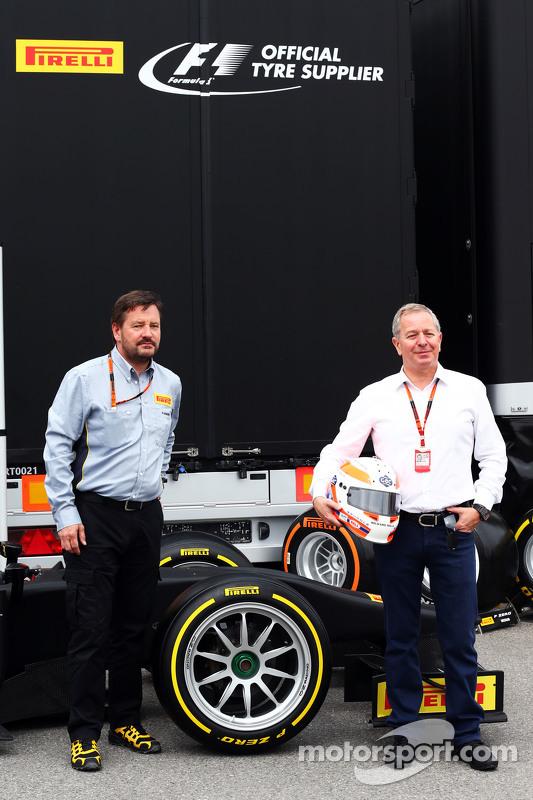 (Von links nach rechts): Pirelli-Sportchef Paul Hembery und Sky-Sports-Kommentator Martin Brundle mit den 18-Zoll-Rädern von Pirelli