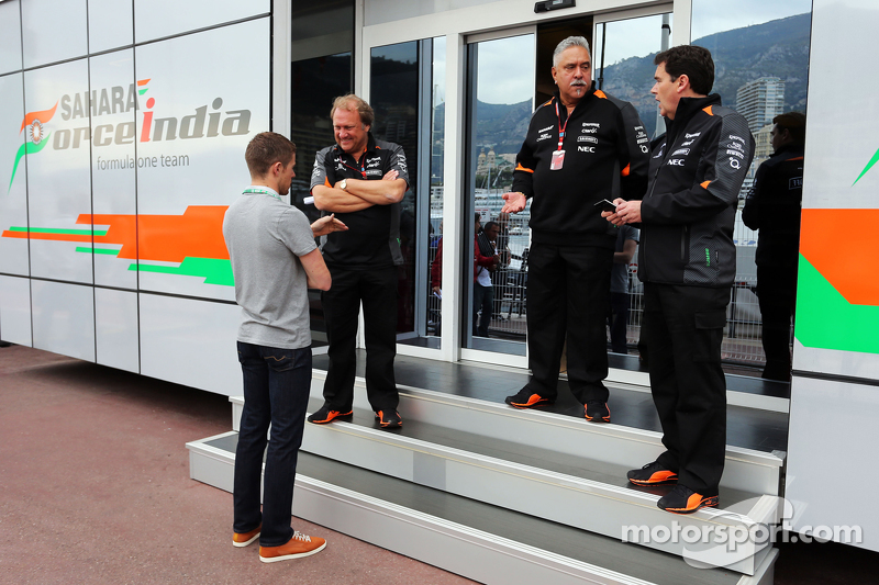 (Kiri ke Kanan): Paul Di Resta, Pembalap DTM dengan Robert Fernley, Sahara Force India F1 Team Deputy Team Principal dan Dr. Vijay Mallya, Pemilik Sahara Force India F1 Team